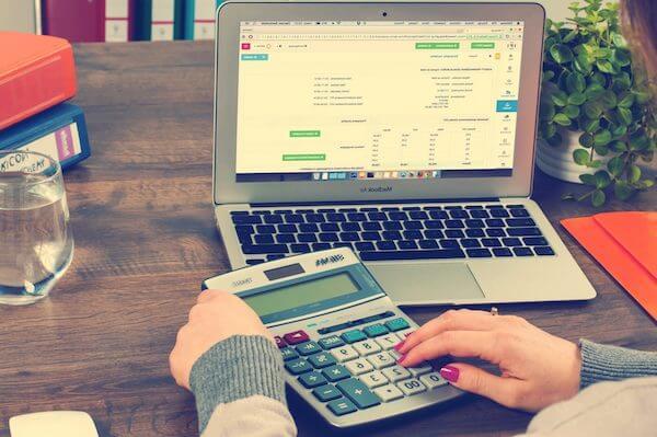 Mujer calculando los valores de un crédito para autos
