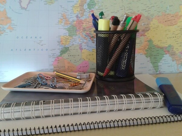 Estudiar en el extranjero con mapas cuadernos y lápices