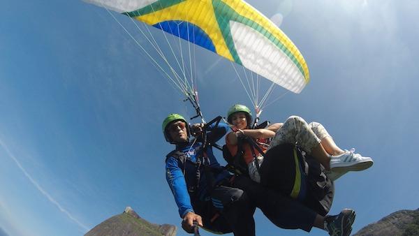 Dos personas haciendo un vuelo en parapente