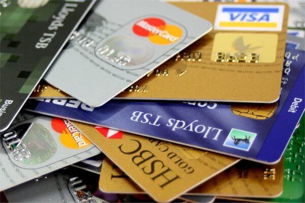 Pila de tarjetas de crédito que no incluyen seguro de viaje internacional