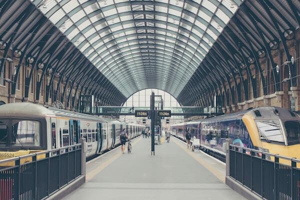 Plataforma de estación para viajar en tren por Europa
