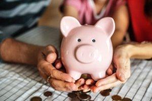 Manos en la alcancía y consejos de educación financiera