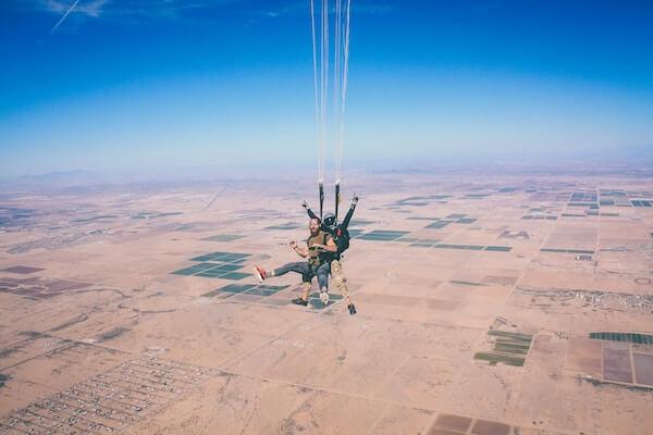 Dos personas a tirarse en paracaídas