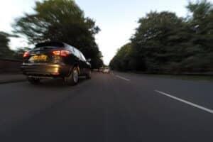 Auto en una carretera - conducción segura