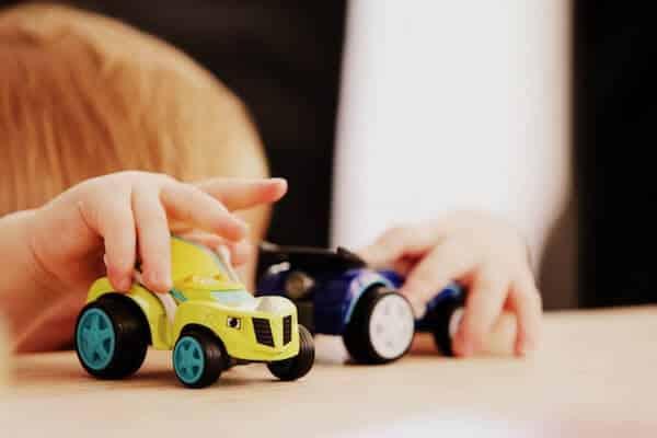 Niño con autos aprende cómo manejar un auto